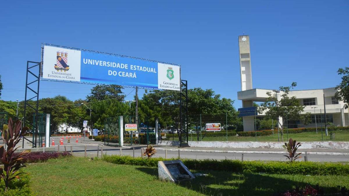 Concurso Funece: placa da Universidade Estadual do Ceará