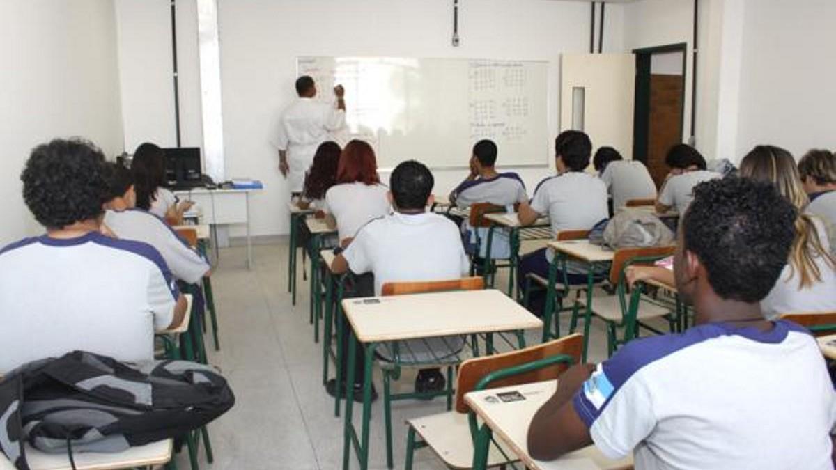 Concurso Seeduc RJ - estudantes durante aula em escola estadual