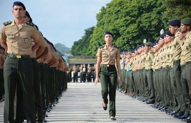 Concurso Exército: oficiais alinhados em treinamento